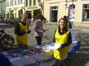 Ein Stand der Amnesty-International-Gruppe Greifswalds (Gruppe 1441) in der Altstadt